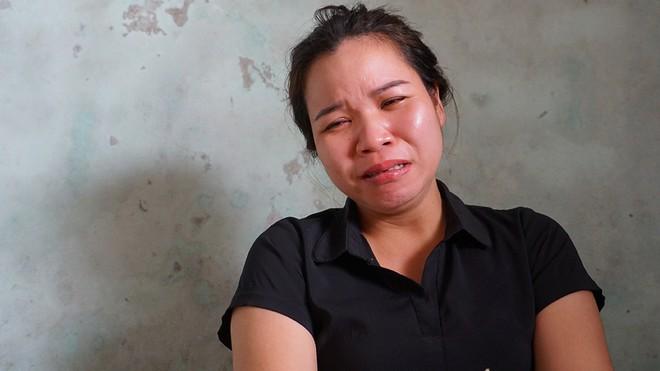 Chị Đặng Thị Hoa khóc nghẹn khi nhận hung tin chồng cùng người thân thiệt mạng ở Campuchia trong vụ tai nạn thảm khốc