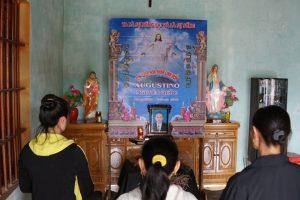 Gia đình chị Hoa đã lập bàn thờ vong thắp hương cho anh Quốc