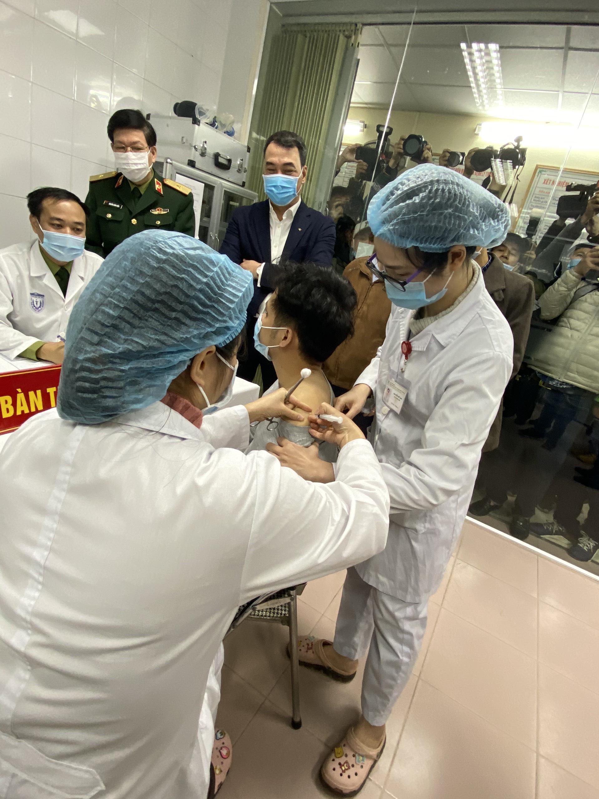 Người Việt Nam đầu tiên tiêm thử nghiệm vắc xin COVID-19 vào lúc 9h10 sáng ngày 17/12